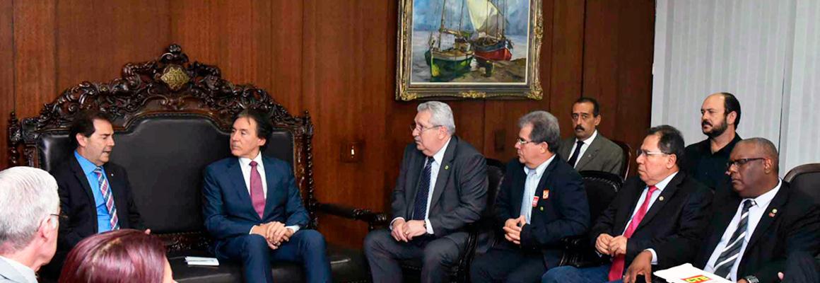 Paulo Ferrari discute terceirização no Senado