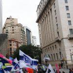 A passeata foi encerrada em frente a prefeitura de São Paulo, local onde o prefeito João Dória foi duramente criticado.